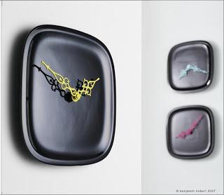 Relojes negros con un toque de color
