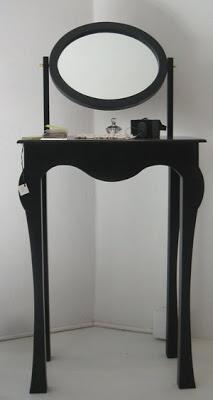 tocador de linea estilizada en color negro