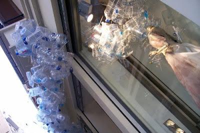 decoracion de navidad con botellas de agua en una tienda