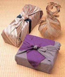 idea original para envolver regalos con pañuelos
