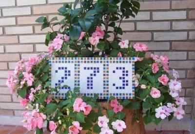 un mosaico para el número de puerta