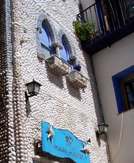 una fachada decorada con conchas