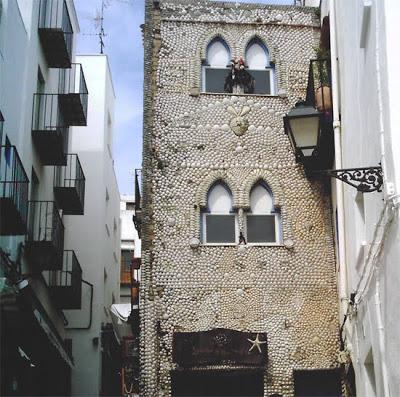 casa decorada en su exterior con conchas de mar