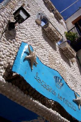 fachada de casa decorada con conchas en peñiscola