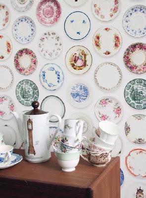 papel pintado para paredes con platos de porcelana