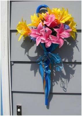 llena un paraguas de flores y decora