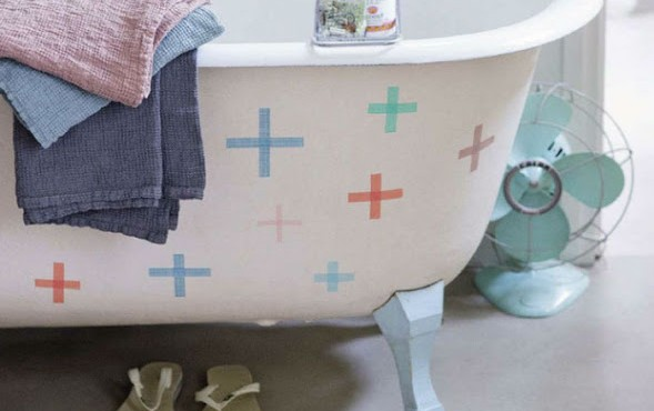 Decorar la bañera con washi tape.