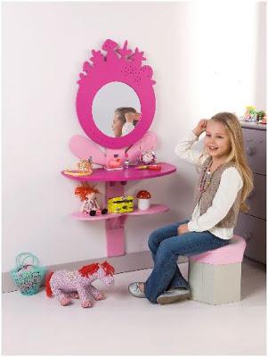 decorar una habitacion de niña con un tocador infantil
