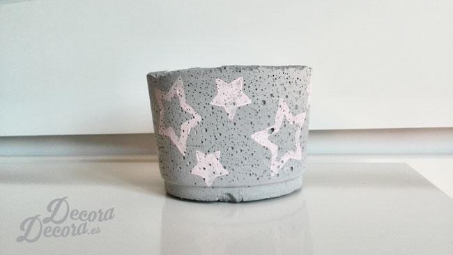 Un bote de cemento con estrellas.