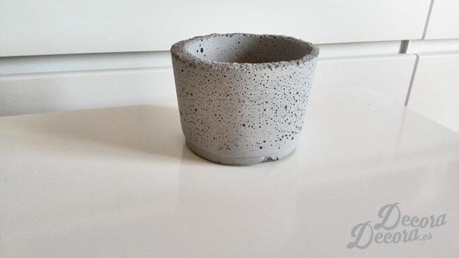 Bote hecho a mano con cemento.