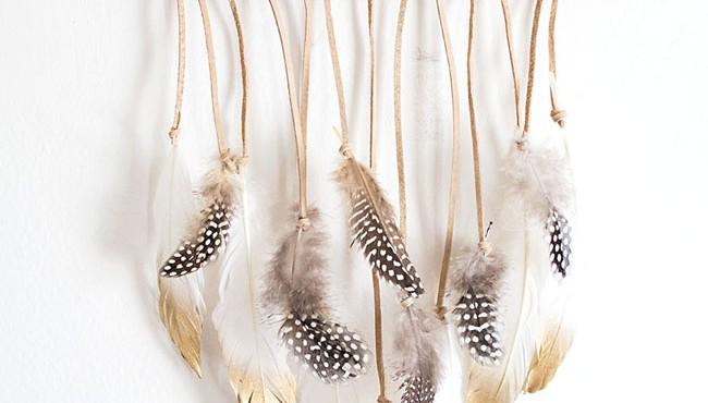 Colgante de plumas hecho a mano.