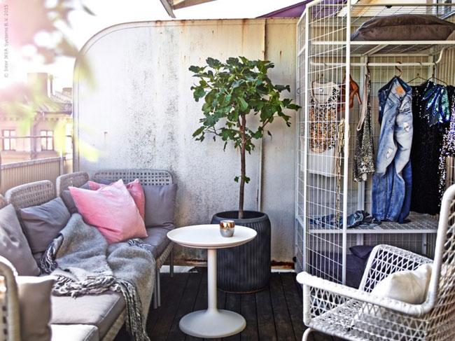 Decorar el balcón con un armario.