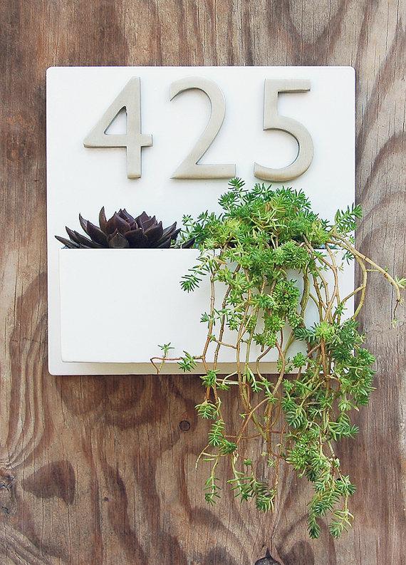 Número de puerta con plantas.