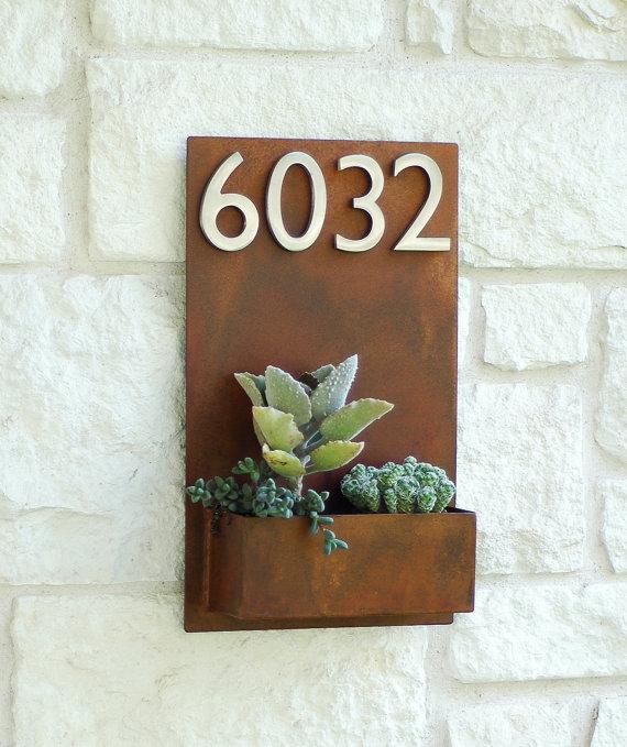Plantas decorando el número de casa.