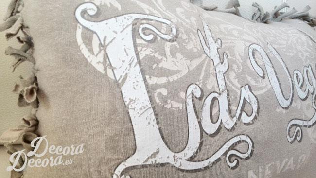 Un cojín hecho con una camiseta