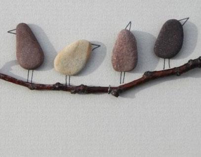 Decorar paredes con piedras y ramas