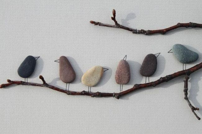 Decorar paredes con ramas y piedras