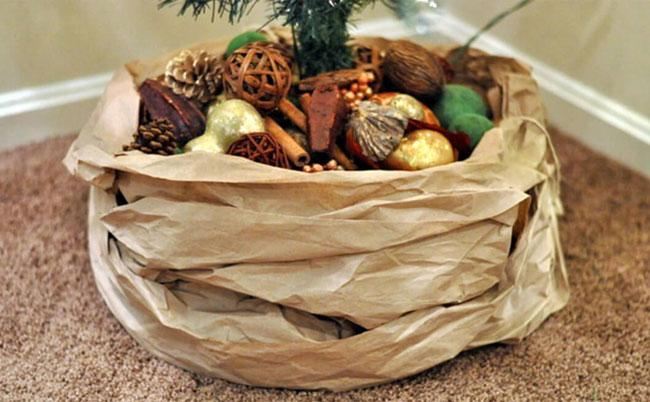 Decorar la base del árbol de Navidad