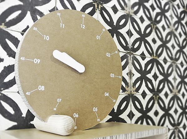 Relojes hechos con cartón
