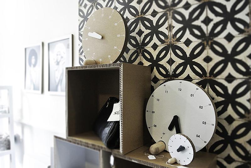 Relojes hechos de cartón
