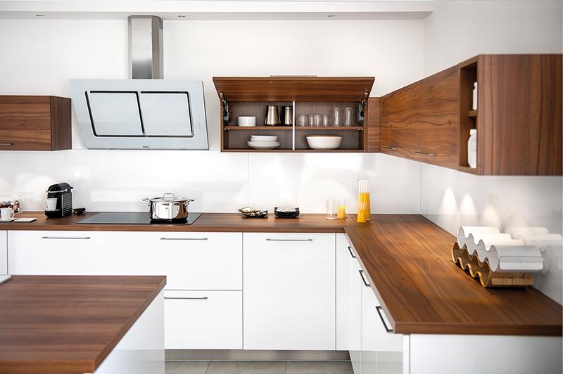 Cocina madera y blanco