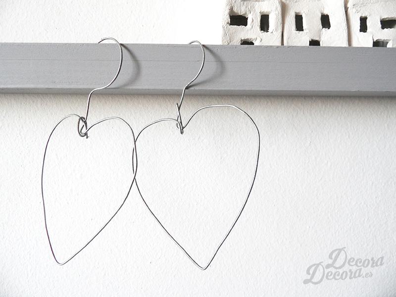 Corazones hechos de alambre