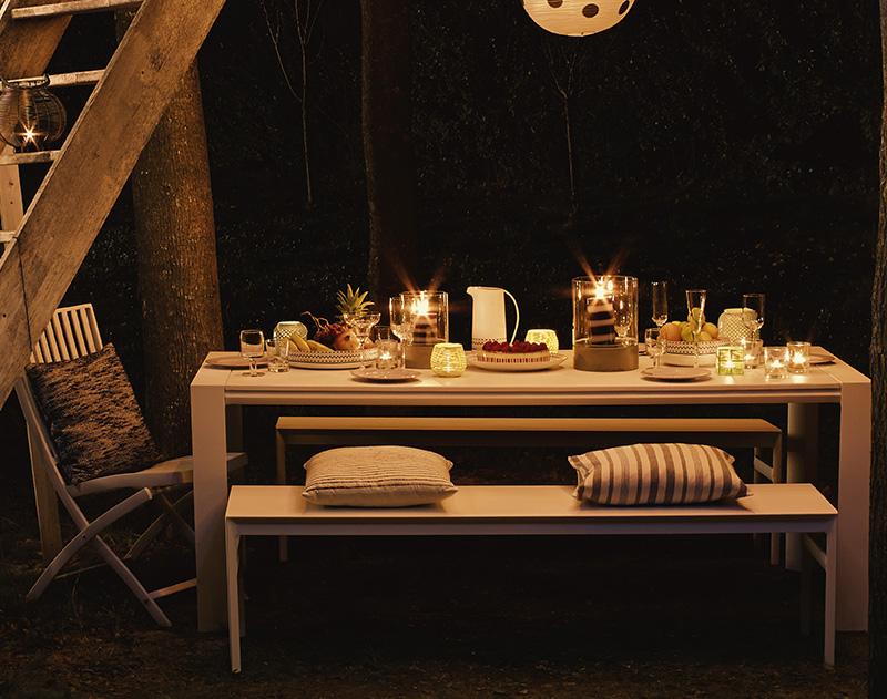 Iluminación de una mesa en el exterior
