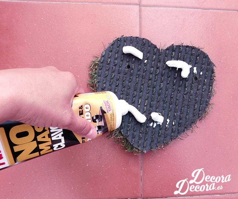 Un decorativo corazón de césped hecho a mano