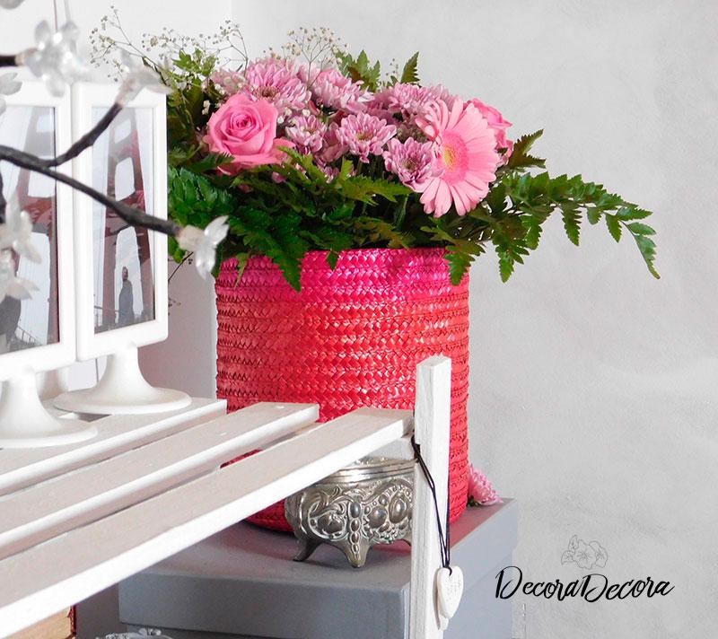 Un ramo de flores en una cesta