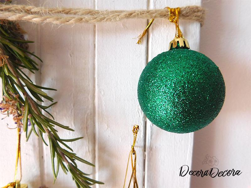 Decorar con un Tablero de Navidad y adornos dorados y verdes
