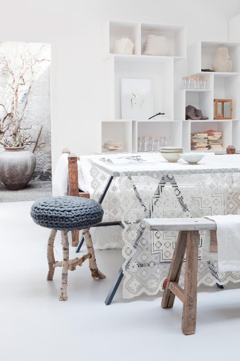Mesa con mantel de encaje
