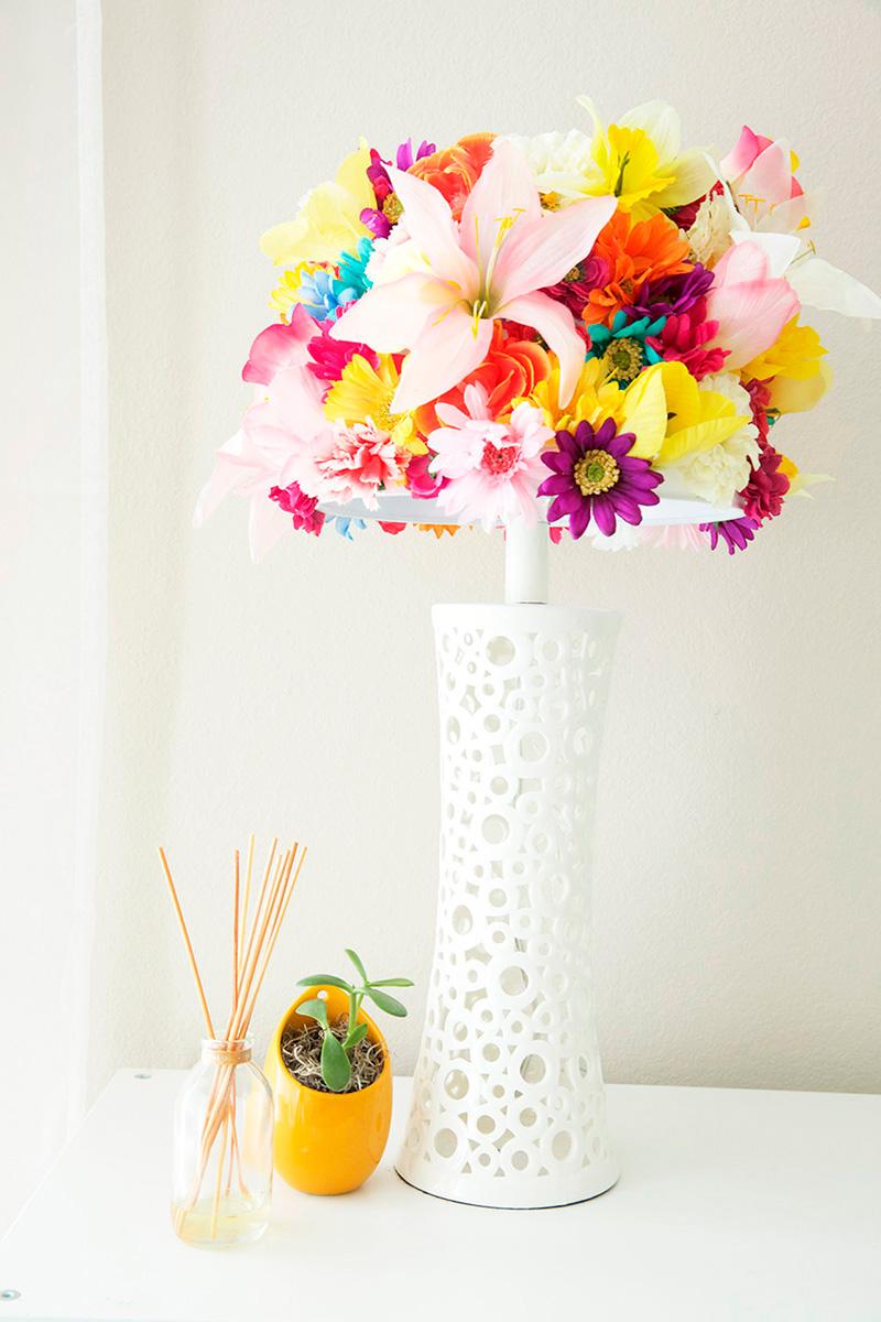 Decorar una lámpara con flores